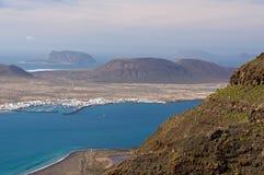 La Graciosa从兰萨罗特岛的海岛视图 免版税库存照片