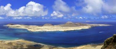 La Graciosa för vulkanisk ö av Atlanticet Ocean - en sikt från Lanzarote royaltyfria foton