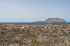 La Graciosa, 4x4, weg von der Straße, Wüste, Vulkan, vulkanisch, Landschaft, Schotterweg, Ozean, erforschend, Lanzarote, Kanarisc stockfotografie