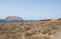 La Graciosa, 4x4, weg von der Straße, Wüste, Vulkan, vulkanisch, Landschaft, Schotterweg, Ozean, erforschend, Lanzarote, Kanarisc stockfotos