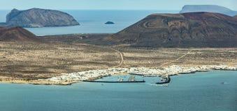海岛La Graciosa的看法与镇Caleta de Sebo的 库存图片