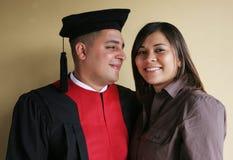 La graduation d'université célèbre sa graduation avec son girlfri Photographie stock libre de droits
