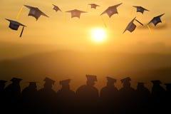 La graduazione tiene una nappa black hat e gialla Illustrazione di Stock