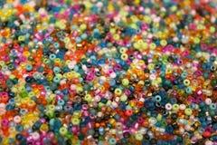 La graine en verre multicolore perle le fond Photo stock