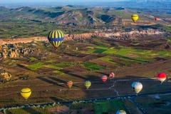 La gran atracción turística de Cappadocia - hinche el vuelo casquillo fotos de archivo