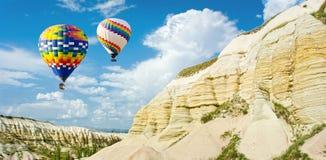 La gran atracción turística de Cappadocia - hinche el vuelo casquillo foto de archivo libre de regalías