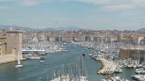La gran cantidad de naves y de yates amarró en Vieux-puerto en Marsella, Francia metrajes