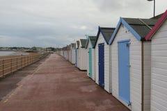 La gran choza británica de la playa de la playa Imágenes de archivo libres de regalías