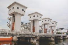 La gran compuerta se nombra el proyecto de la compuerta de Pho del lat de Khlong que a construido para la inundación del caudal  fotografía de archivo