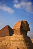 La gran esfinge con la gran pirámide en el fondo Imagen de archivo libre de regalías