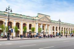 La gran fachada de Gostiny Dvor, St Petersburg Imagenes de archivo