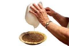 La gran gran abuela hace una empanada de pacana Imagenes de archivo