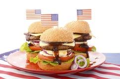 La gran hamburguesa del Bbq con las banderas Imágenes de archivo libres de regalías