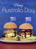 La gran hamburguesa del Bbq de Aussie con el texto de la muestra del día de Australia Imagen de archivo libre de regalías