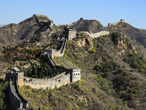 La Gran Muralla y las montañas con las hojas coloridas y el cielo azul del claro en caída Fotos de archivo