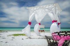 La gran opinión asombrosa agradable del primer de la boda adornó el gazebo en la playa tropical de los Cocos de Cayo del cubano Fotografía de archivo