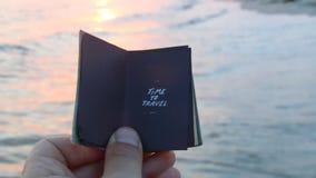 La gran playa vacations idea Hora de viajar inscripción y mar almacen de metraje de vídeo