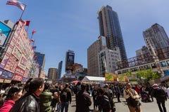 La gran vista abajo de los dundas de Toronto de la ciudad ajusta en la calle joven con los diversos edificios modernos y la gente Imagenes de archivo