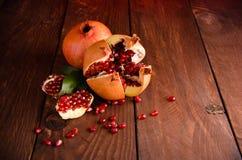 la granada es madura corte en pedazos de granada madura en los tableros de madera Fotografía de archivo libre de regalías