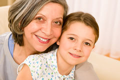 La grand-mère et la jeune fille étreignent ensemble la verticale Photos libres de droits