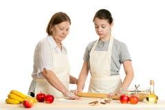 La grand-mère et la pâte de petit pain de petite-fille Image libre de droits