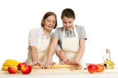 La grand-mère et la pâte de petit pain de petite-fille Image stock