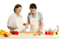 La grand-mère et la pâte de petit pain de petite-fille Images libres de droits