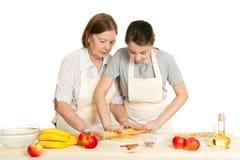 La grand-mère et la pâte de petit pain de petite-fille Photo stock
