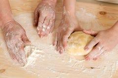 La grand-mère et la pâte de petit pain de petite-fille Photos libres de droits