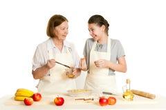 La grand-mère et le tarte de graisse de petite-fille Photo libre de droits