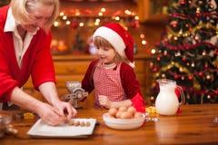 La grand-mère et les petits-enfants de temps de famille faisant Noël font cuire Photos libres de droits