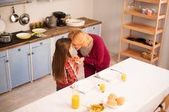La grand-mère et la petite-fille étendent la table photo stock