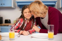 La grand-mère et la petite-fille étendent la table images stock