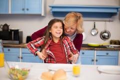 La grand-mère et la petite-fille étendent la table photographie stock libre de droits