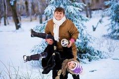 La grand-mère heureuse et la petite petite-fille ont l'amusement Photographie stock