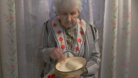 La grand-mère malaxe la pâte banque de vidéos
