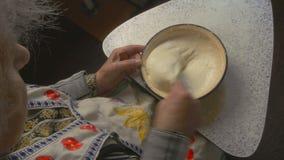 La grand-mère malaxe la pâte Vue supérieure banque de vidéos