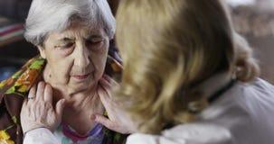 La grand-mère s'assied près du docteur banque de vidéos