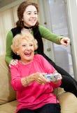 La grand-maman aime des jeux vidéo Images libres de droits