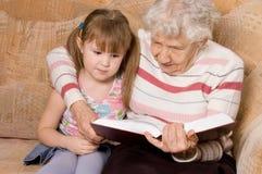 La grand-mère avec le descendant grand a affiché le livre Image libre de droits
