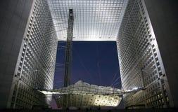 La Grande Arche in de Defensie van La in Parijs bij zonsondergang Stock Foto