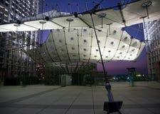 La Grande Arche in de Defensie van La in Parijs bij zonsondergang Stock Fotografie
