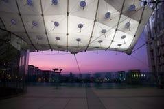 La Grande Arche in de Defensie van La in Parijs bij zonsondergang Stock Foto's