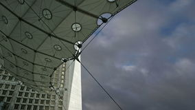La Grande Arche Defensa, anuncio publicitario y centro de negocios del La de París, Francia almacen de video
