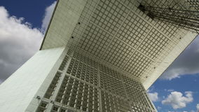 La Grande Arche Defensa, anuncio publicitario y centro de negocios del La de París, Francia almacen de metraje de vídeo