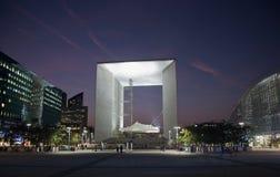 La Grande Arche en defensa del La en París en la puesta del sol Imágenes de archivo libres de regalías