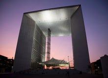 La Grande Arche en defensa del La en París en la puesta del sol Imagenes de archivo