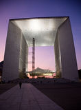 La Grande Arche na defesa do La em Paris no por do sol Fotografia de Stock