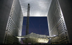 La Grande Arche nella difesa della La a Parigi al tramonto Fotografia Stock