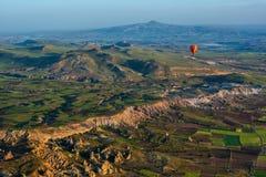 La grande attrazione turistica di Cappadocia - balloon il volo protezione fotografia stock libera da diritti